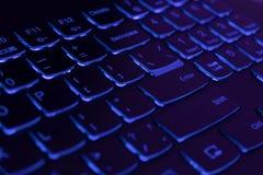 Teclado retroiluminado azul do portátil, corte e conceito do blockchain foto de stock