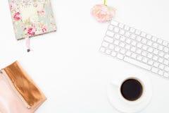 Teclado y accesorios femeninos en un fondo blanco Endecha plana Imagen de archivo libre de regalías
