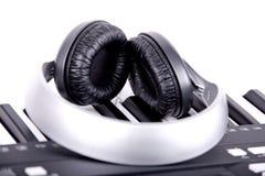 Teclado y auriculares de Digitaces Midi Fotos de archivo libres de regalías