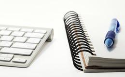 Teclado y sketchbook con la pluma Fotografía de archivo libre de regalías