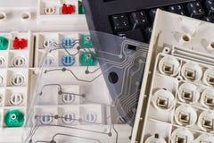 Teclados de computador velhos Reciclagem de res?duos pl?stica Membrana impressa do circuito do cabo flexível Teclas imagens de stock royalty free