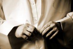 Teclas da asseguração do homem na camisa branca foto de stock royalty free