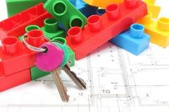 Teclas HOME e blocos de apartamentos no plano do alojamento Fotografia de Stock Royalty Free