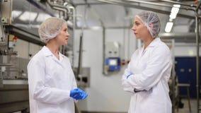Tecnólogos de las mujeres en la fábrica del helado metrajes