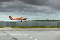 Tecnam P96高尔夫球起飞在La朱莉安娜机场的100个超轻型的航空器 库存图片