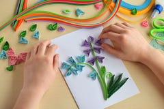 Tecnica di Quilling Fabbricazione le decorazioni o della cartolina d'auguri Strisce di carta, fiore, forbici Mestieri fatti a man Fotografie Stock