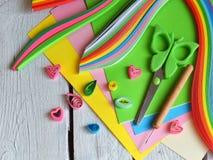 Tecnica di Quilling Strisce di carta, fiori, forbici, elementi Mestieri fatti a mano sul tema di festa: Compleanno, giorno del `  Fotografie Stock