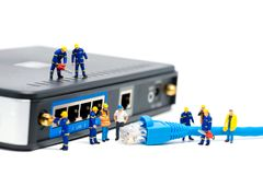 Tecnici che connettono il cavo della rete Concetto della connessione di rete Fotografia Stock Libera da Diritti
