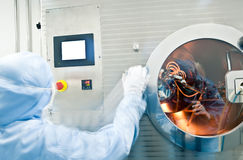 Tecnici che lavorano nel producti farmaceutico Fotografia Stock