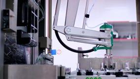 Tecnici che lavorano nel producti farmaceutico Braccio robot dell'impacchettatrice video d archivio