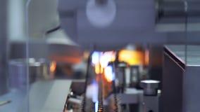 Tecnici che lavorano nel producti farmaceutico Processo di fabbricazione alla fabbrica della farmacia video d archivio
