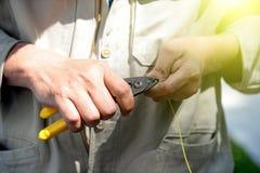 Tecnici che tagliano i cavi a fibre ottiche Fotografia Stock Libera da Diritti