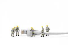 Tecnici con il cavo della rete cat5 Concetto della rete Immagini Stock Libere da Diritti