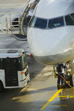 Tecnician-Arbeit an den Passagierflugzeugen vor Flug aus den Grund Stockfotos