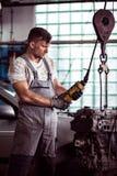 Tecnico automobilistico che ripara motore fotografia stock libera da diritti