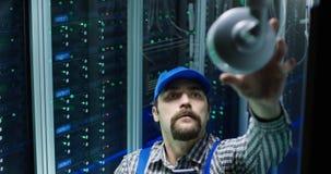 Tecnico che controlla macchina fotografica ad un centro dati fotografie stock