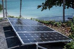 Tecnico che installa pila solare per potere di sostegno elettrico fotografie stock