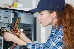 Tecnico che lavora al computer della torre Immagine Stock