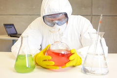 Tecnico che lavora nel laboratorio con i prodotti chimici Fotografie Stock
