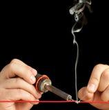 Tecnico che lega due collegare con un giunto della saldatura. Fotografia Stock Libera da Diritti