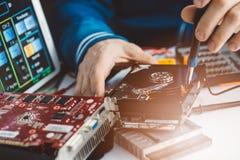 Tecnico che ripara drive del hard disk rotto Fotografia Stock Libera da Diritti