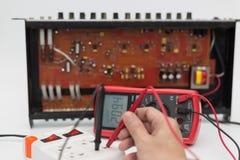 Tecnico che ripara il circuito elettronico Fotografia Stock Libera da Diritti