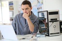 Tecnico che ripara il computer Fotografia Stock