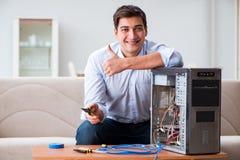 tecnico che ripara il desktop computer tagliato del pc Fotografia Stock