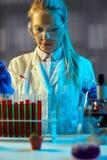Tecnico chimico che lavora alla notte in laboratorio Fotografie Stock Libere da Diritti