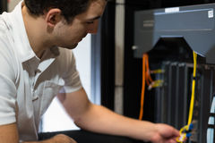 tecnico con la strumentazione ed il computer portatile di rete Fotografia Stock Libera da Diritti