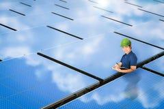 Tecnico del pannello solare con la stazione del pannello solare Fotografie Stock Libere da Diritti