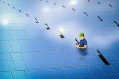 Tecnico del pannello solare con la stazione del pannello solare Fotografia Stock Libera da Diritti