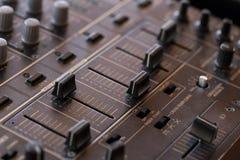 Tecnico del suono del DJ con le manopole ed i cursori Fotografia Stock