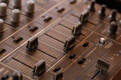 Tecnico del suono del DJ con le manopole ed i cursori Fotografia Stock Libera da Diritti