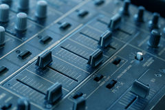 Tecnico del suono del DJ con le manopole ed i cursori Immagine Stock