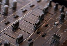 Tecnico del suono del DJ con le manopole ed i cursori Immagini Stock Libere da Diritti