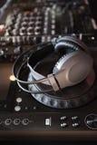 Tecnico del suono della piattaforma girevole del DJ Fotografie Stock Libere da Diritti