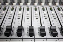 Tecnico del suono di controllo dei bottoni Fotografia Stock Libera da Diritti