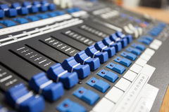 Tecnico del suono di controllo dei bottoni Fotografie Stock