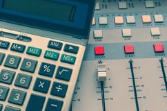 Tecnico del suono e calcolatore immagine stock