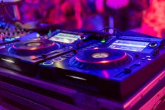 Tecnico del suono professionale per gli eventi musicali fotografia stock libera da diritti