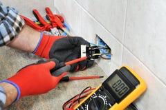Tecnico dell'elettricista che lavora sicuro su un sistema elettrico residenziale fotografia stock libera da diritti