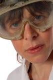 Tecnico della giovane signora negli occhiali di protezione di sicurezza Fotografie Stock Libere da Diritti