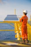 Tecnico dello strumento ed elettrotecnico alla piattaforma della ripresa esterna della testa di pozzo del gas e del petrolio fotografia stock