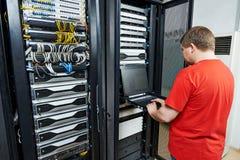 Tecnico di assistenza nella stanza del server Immagini Stock