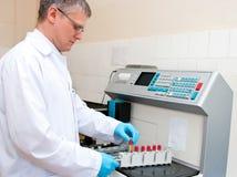 Tecnico di laboratorio dell'analisi del sangue immagine stock libera da diritti