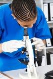 Tecnico di laboratorio femminile africano Fotografie Stock Libere da Diritti