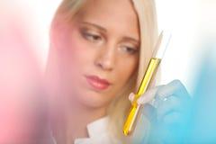 Tecnico di laboratorio medico con la provetta Immagini Stock