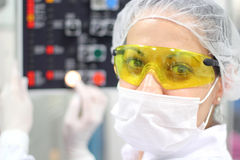 Tecnico farmaceutico sul lavoro Fotografie Stock Libere da Diritti