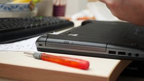 Tecnico Installing Battery nel computer portatile stock footage
